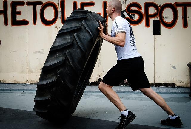muž obracející pneumatiky