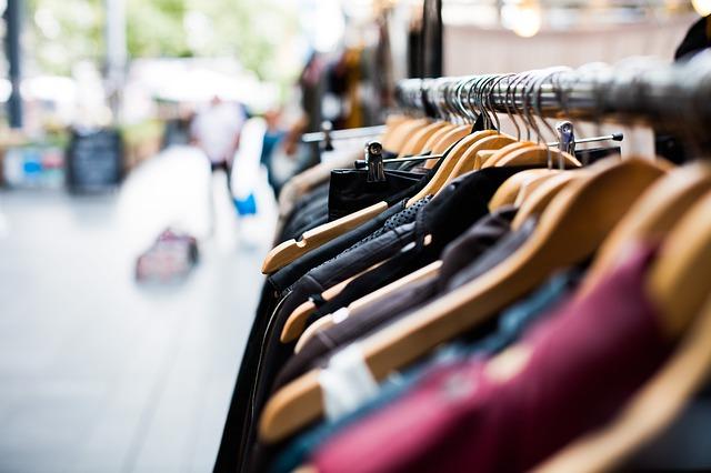 oblečení před obchodem