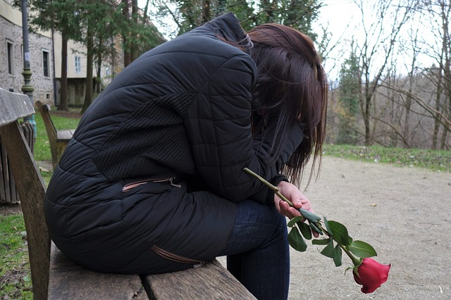 smutná dívka, růže