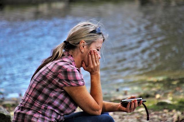 opuštěná žena, mobil v ruce