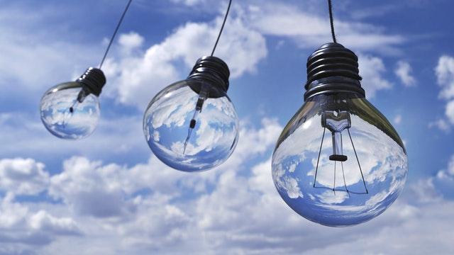 tři žárovky, modrá obloha