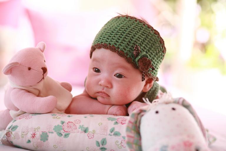 novorozenec na polštáři